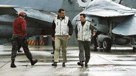 J.A.G. - Im Auftrag der Ehre - Auf dem Flugzeugträger Seahawk kam es zu einem Unfall, P.O. Jason Tiner (Chuck Carrington, r.) und Lieutenant Harm Rabb (David James Elliott, M.) machen sich auf den Weg dorthin ... © PARAMOUNT PICTURES CORPORATION