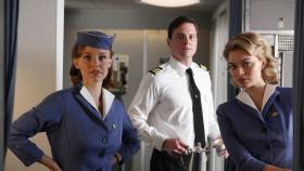PAN AM - Der Flug mit dem Ersatzpiloten Dennis stellt nicht nur Kate (Kelli Garner, l.), Ted (Michael Mosley, M.) und Laura (Margot Robbie, r.) auf die Probe ... © 2011 Sony Pictures Television Inc.  All Rights Reserved.