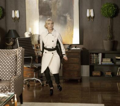 Ringer - Sioban (Sarah Michelle Gellar) schleicht sich in Andrews Büro und ko...