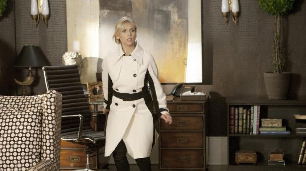 Sioban (Sarah Michelle Gellar) schleicht sich in Andrews Büro und kopiert die...