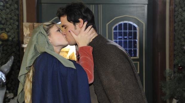 Geben vor, dass der Kuss keine Bedeutung hat: Mia (Josephine Schmidt, l.) und...