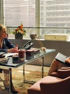 Good Wife - Diane (Christine Baranski, l.) spricht mit Alicia (Julianna Margulies, r.) über ihre Stellung in der Firma ... © CBS Broadcasting Inc. All Rights Reserved