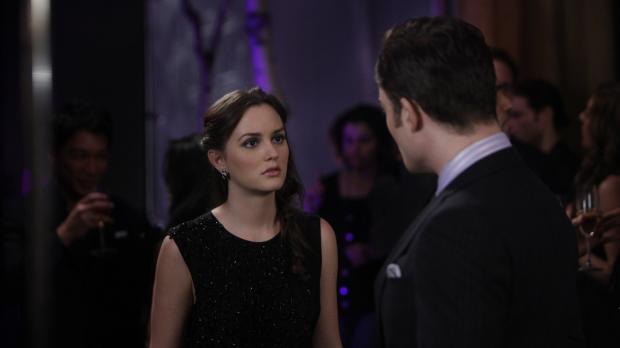 Wendet sich mit einer wichtigen Frage zu seiner Vergangenheit an Blair (Leigh...