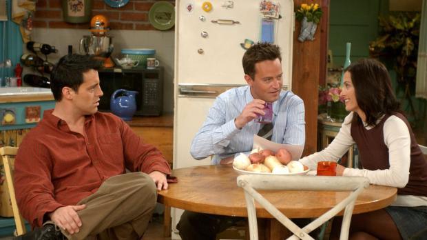 Da Monica (Courteney Cox, r.) und Chandler (Matthew Perry, M.) eine Empfehlun...