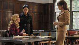 Good Wife - Kalinda (Archie Panjabi, M.) bietet Alicia (Julianna Margulies, r.) und Caitlin (Anna Camp, l.) ihre Hilfe im aktuellen Fall an ... © Jeffrey Neira 2011 CBS Broadcasting Inc. All Rights Reserved.
