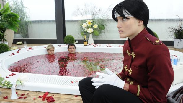Mia und Alexander verbringen die Nacht vor ihrer Hochzeit in einem Wellness-H...