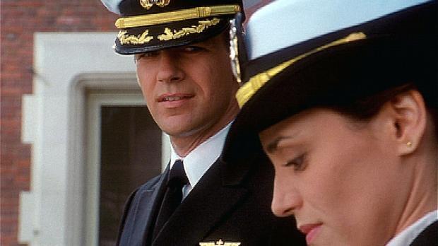 Harm (David James Elliott) blickt der Verteidigung von Lieutenant Skates (Sib...