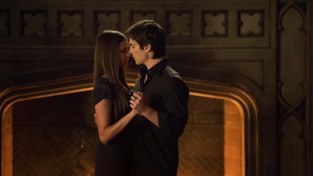 Durch ihre Verwandlung hat Elena (Nina Dobrev, l.) sich grundlegend verändert...