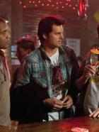 Life Unexpected - Plötzlich Familie - Beobachten die neue gutaussehende Barkeeperin in Bazes Bar: Jamie (Reggie Austin, l.), Baze (Kristoffer Polaha, M.), Math (Austin Basis, r.)... © The CW   2009 The CW Network, LLC. All Rights Reserved