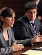 Good Wife - Alicia (Julianna Margulies, l.) soll dem Anwalt für Computerrecht Dylan Stack (Jason Biggs, r.) aus der Klemme helfen ... © 2011 CBS Broadcasting Inc. All Rights Reserved.
