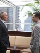 Gossip Girl - Bart Bass (Robert John Burke, l.) gibt zu, dass er stolz auf Chuck (Ed Westwick, r.) ist. Er habe whrend seiner Abwesenheit das Bass-Imperium solide aufrechterhalten ...  Warner Bros. Television