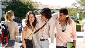 90210 - Können kaum fassen, dass das letzte Schuljahr angebrochen ist: Annie (Shenae Grimes, l.), Navid (Michael Steger, M.) und Dixon (Tristan Wilds, r.) © TM &   CBS Studios Inc. All Rights Reserved