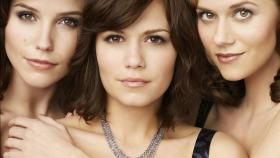 (5. Staffel) - Erleben gemeinsam Höhen und Tiefen: Brooke Davis (Sophia Bush, l.), Haley James Scott (Bethany Joy Lenz, M.) und Peyton Sawyer (Hilarie Burton, r.) © Warner Bros. Pictures