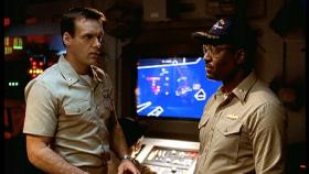 Harm (David James Elliott, l.) und Commander Burke (James Pickens jr., r.) machen Jagd auf das gestohlene U-Boot. © CBS Television