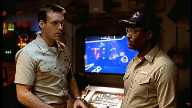 Harm (David James Elliott, l.) und Commander Burke (James Pickens jr., r.) ma...