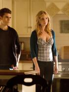 Vampire Diaries - Mit all ihrer Macht versuchen Caroline (Candice Accola, r.) und Stefan (Paul Wesley, l.) Elena bei der Verarbeitung ihres Verlustes zu untersttzen, doch die lehnt jede Hilfe ab ...  Warner Brothers