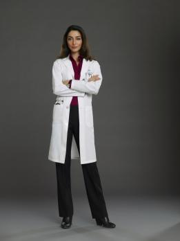 Emily Owens - (1. Staffel) - Inspiriert die jungen Assistenzärzte und schüchtert sie gleichermaßen ein: Gina Beckett (Necar Zadegan) ... © 2012 The CW Network, LLC. All rights reserved.