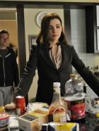 Good Wife - Owen Cavanaugh (Dallas Roberts, r.) macht sich Sorgen um seine Schwester Alicia (Julianna Margulies, r.), die sich von Peter scheiden lassen will ... © CBS Broadcasting Inc. All Rights Reserved