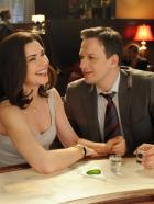 Good Wife - Will (Josh Charles, r.) und Alicia (Julianna Margulies, l.) amüsieren sich in einer Bar ... © CBS Broadcasting Inc. All Rights Reserved