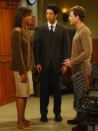 Friends - Ausgerechnet bei Charlies (Aisha Tyler, l.) Ex-Freund Dr. Hobart (Greg Kinnear, r.), muss Ross (David Schwimmer, M.) eine Prfung bestehen um ein Forschungsstipendium zu kriegen. Doch dies erweist sich als sehr schwierig ...  2003 Warner Brothers International Television