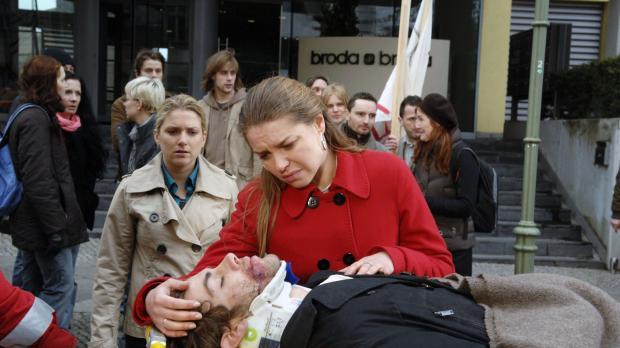 Anna (Jeanette Biedermann, l.) und Katja (Karolina Lodyga, r.) müssen zusehen...