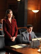 Good Wife - Alicia (Julianna Margulies, l.) vertritt ihren Mandanten Dylan Stack (Jason Biggs, r.) vor Gericht ... © 2011 CBS Broadcasting Inc. All Rights Reserved.