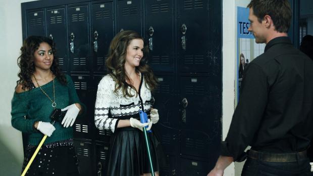 Mr. Carpenter (Jason Dohring, r.) ist mehr als überrascht, dass Juliet (Zoey...
